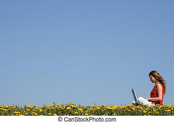 florecimiento, campo, computador portatil, niña, trabajando