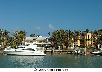 Mansion with white boat - Expensive water front houses in...