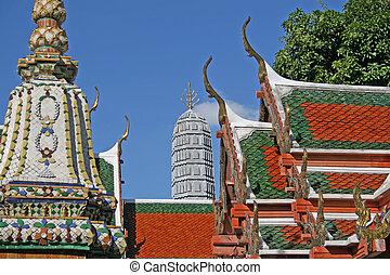 Wat Pho, Bangkok - Temples and statues inside Wat Pho in...