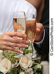 Glasses of champagne of champagne in a hand of the groom and...