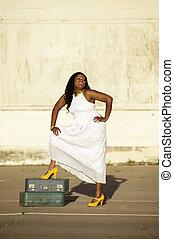 africano, norteamericano, mujer, maletas, risas