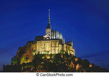 Mont St Michel at night, Normandía, Francia