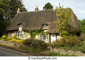 quaint cottage - thatched cottage in rural England Cotswolds...
