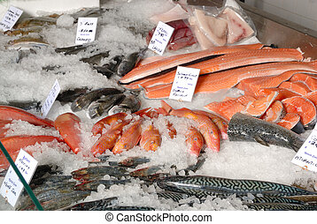fishmonger\\\'s slab - fresh fish on ice on fishmonger\\\'s...