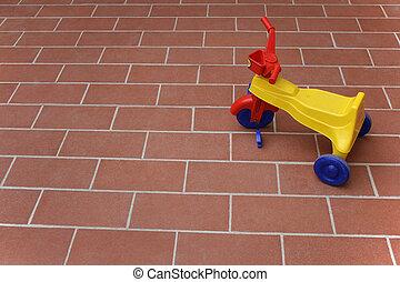 criança, triciclo, esperando, tocando