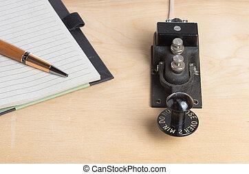 pluma, cuaderno, telégrafo, llave