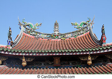 Roof of temple - Sculptures on the roof of chinese temple in...