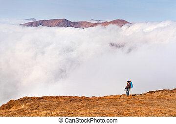 Un, hombre, mochila, borde, acantilados, montañas