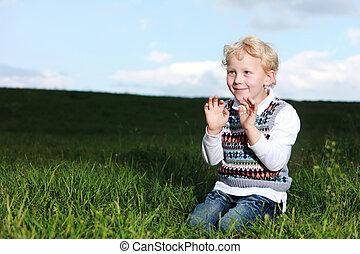 Chłopiec, Mały, psotny, pole, zielony, klęczący