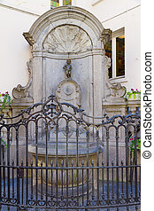Manneken Pis statue in Brussels - Entire view of Manneken...