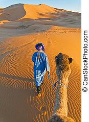 Berbère, marche, chameau, erg, Chebbi, maroc