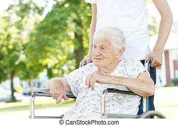Viejo mujer rueda silla hombre imagenes stock photo 189 for Sillas para vigilantes