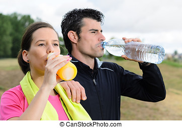 Rehydratation couple - Young sport couple drinking water and...
