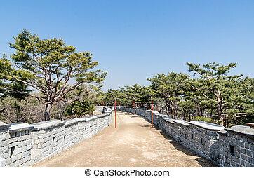 muralla, camino, pino, árboles