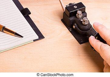 cuaderno, telégrafo, llave