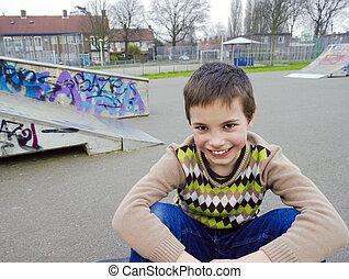 lindo, sonriente, niño, Sentado, en, patio de recreo