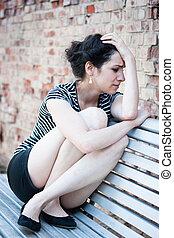 deprimido, jovem, mulher, sentando, banco, urbano,...