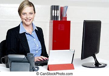 alegre, femininas, secretária, digitando, documento