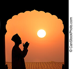 silueta, muçulmano, macho, orando, deserto