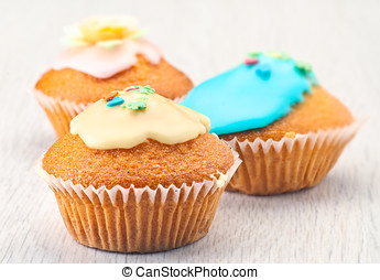muffins with sugar icing and edible flowers color