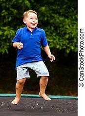 niño, juego, mientras, Saltar, trampolín