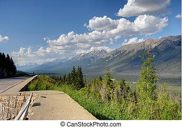 Montagne et ciel bleu 2 - Montagne de louest canadien sous...