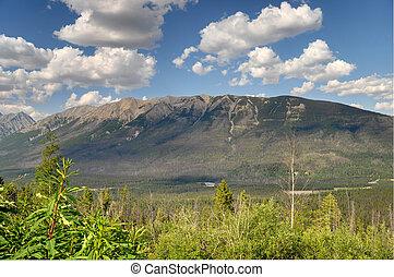 Montagne et ciel bleu - Montagne de louest canadien sous un...