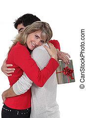 mulher, segurando, PRESENTE, Abraçando, namorado
