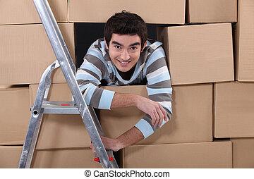 logística, trabalhador, escondendo, amongst, caixas