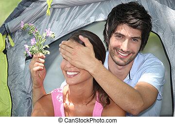 joven, pareja, campamento, juntos