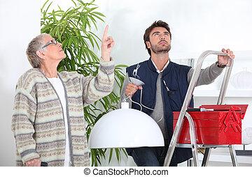 hombre, fijación, techo, luz, viejo, mujer