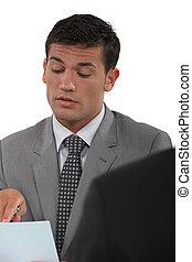 Hablar, sobre, documento, reunión, hombre de negocios