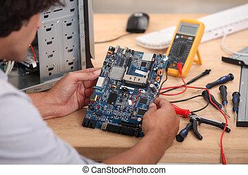 hombre, trabajando, circuito, tabla