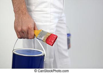 decorador, segurando, pintura, pintura, escova