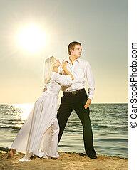 playa, pareja, ocaso, joven, bailando
