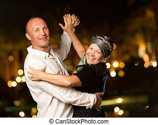 cuarentón, pareja, bailando, vals, noche