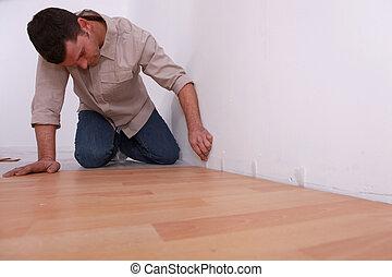 DIY fan laying laminate flooring