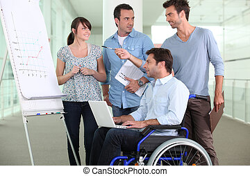 homem, Cadeira rodas, trabalhando, escritório
