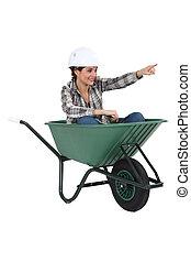 femininas, Tradesperson, sentando, carrinho de mão