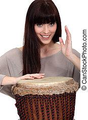 mulher, tocando, percussão