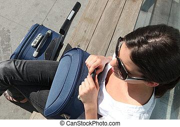 mulher, sentando, trem, plataforma