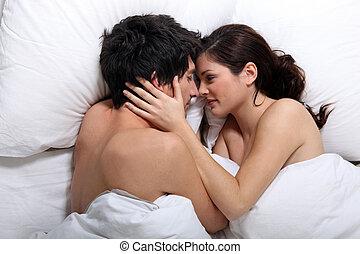 carinhoso, par, beijando, cama