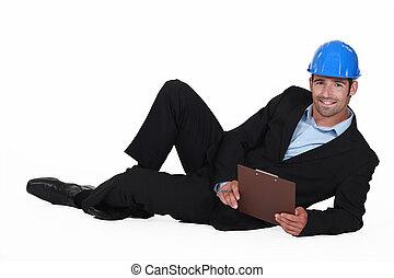 ingeniero, acostado, suelo