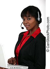 mujer de negocios, computador portatil, auriculares