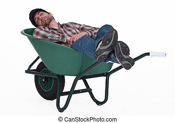 trabalhador, Levando, sesta, carrinho de mão