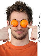 homem, escondendo, seu, olhos, mandarins