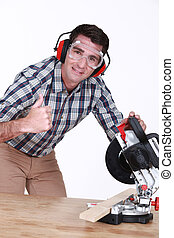homem, usando, mitra, serra