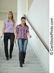 mulheres, ir, BAIXO, escadas