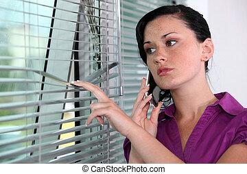 婦女, 偷看, 雖然, 窗口, 窗帘