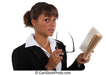 mujer de negocios, lectura, libro